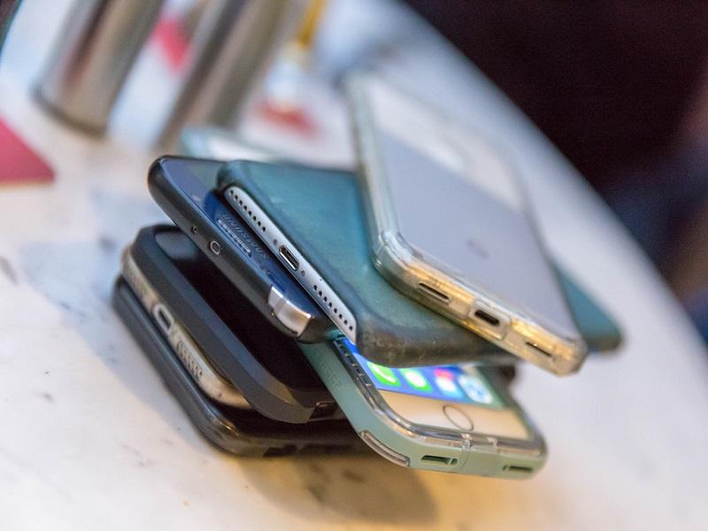 """Se il capo della Apple dice: """"Passiamo troppo tempo davanti allo smartphone"""""""
